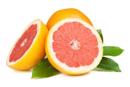 Image de pamplemousse coupé en deux qui permet de visualiser les membranes blanches autour de la chaire du fruit, formant des quartiers. Ces membranes sont comparables aux fascias du corps humain.